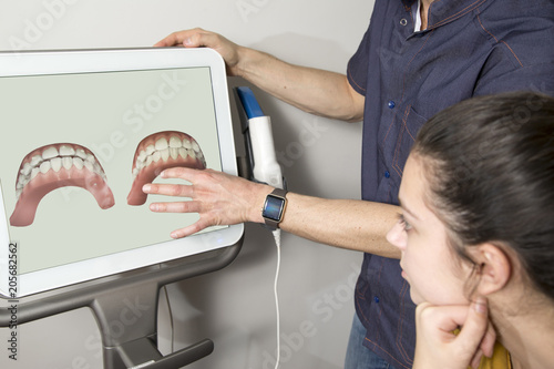 Fotografia  Orthodontist showing tooth scan