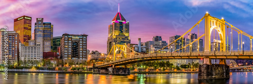 Photo sur Aluminium Ponts Panorama of the City of Pittsburgh looking from the North Shore in the early morning.