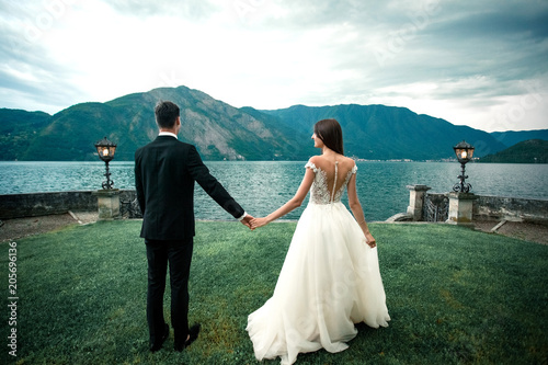 wedding couple the background of the lake and mountains Tableau sur Toile