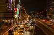 渋滞している都会の夜の車道
