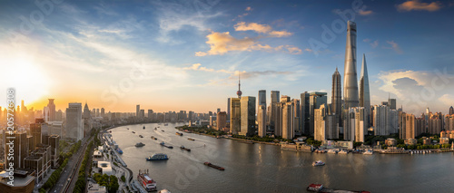 Photo Stands Asian Famous Place Panorama eines Sonnenunterganges hinter der modernen Skyline von Shanghai, China