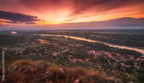 Fototapeta Widok małego miasta Hainburg an der Donau z Dunajem, jak widać z Rocky Hundsheimer Hill w piękny zachód słońca
