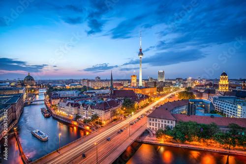 Foto auf Gartenposter Zentral-Europa Berlin Mitte Skyline bei Nacht mit Fernsehturm und Blick über die Spree