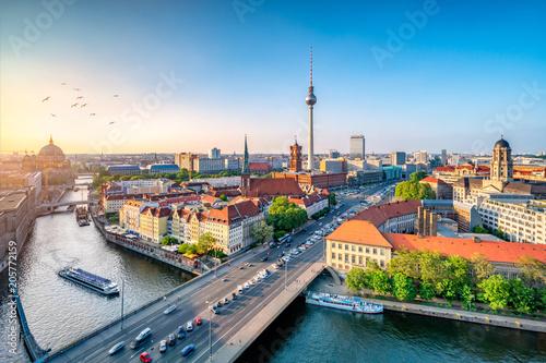 In de dag Centraal Europa Berlin Mitte Skyline mit Fernsehturm und Spree