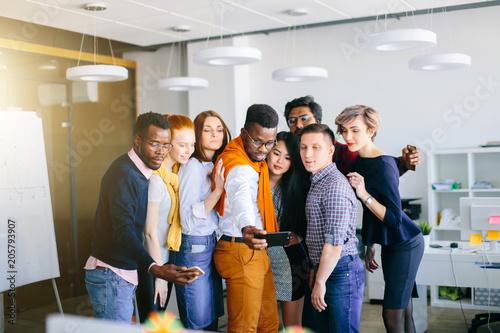 Foto  Fotosession von jungen ambitionierten Büroangestellten