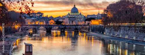 Montage in der Fensternische Rom St. Peter's Cathedral at sunset in Rome, Italy