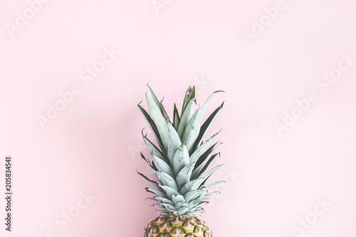 Fotografia Pineapple on pastel pink background