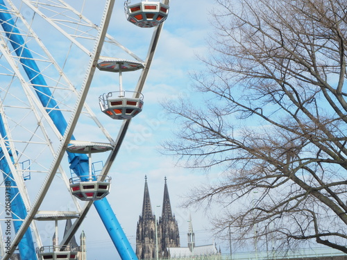 Photo ferris wheel with the Cologne dome in the background