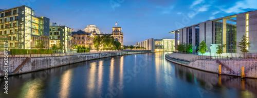 Regierungsviertel in Berlin mit Reichstag, Bundestag, Paul-Löbe-Haus und Marie-Elisabeth-Lüders-Haus
