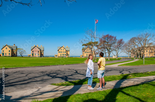 Photo  Couple of tourists sightseeing at Gateway National Recreation Area