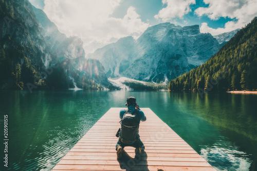 Foto  Traveler taking photo of Lake Braies in Italy.