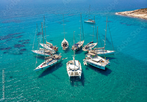 Stampa su Tela Sailing boats in a star formation in turquoise tropical bay