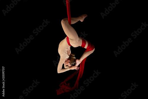Joven bailarina realizando ejercicios de telas acrobáticas en estudio con fondo Canvas-taulu