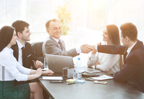 Fotografía  businessman and investor shake hands at the negotiating table