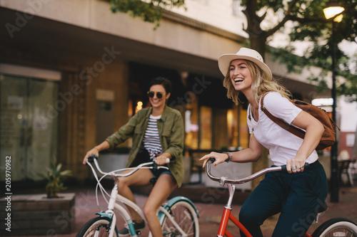Fotografia  Female friends enjoying bicycle ride