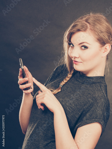 Fotografia  Attractive woman flirting texting on mobile phone.