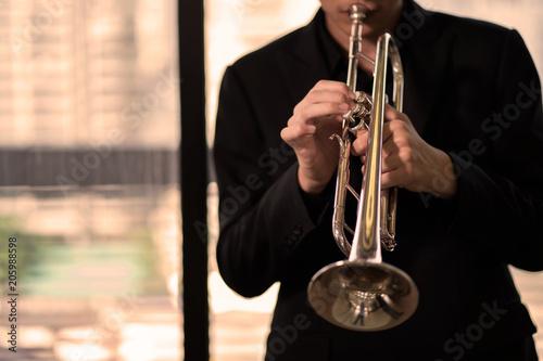 Fotografija close up trumpet player on warm tone
