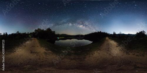 Fotografia  360 degree panorama of milky way band across sky over reservoir.