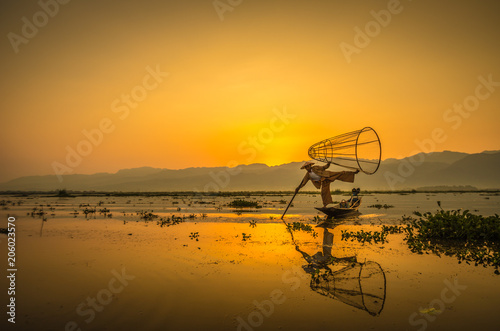 Foto  Fisherman during sunrise in Lake Inle