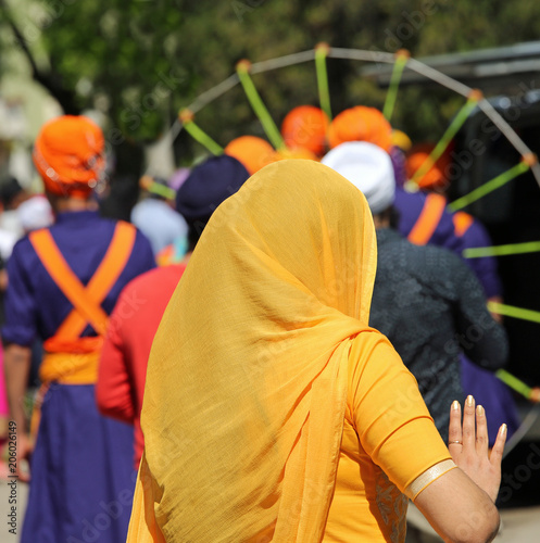 Papiers peints Rouge, noir, blanc woman with long orange veil during the religious celebration on