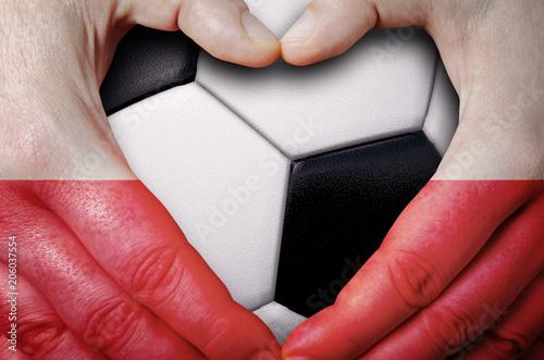 Plakat Ręce malowane z flagą Polski, tworząc serce na tle piłka piłka nożna