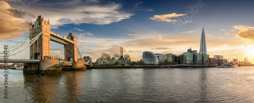 Acrylic Prints London Die Skyline von London bei Sonnenuntergang: von der Tower Bridge bis zur London Bridge