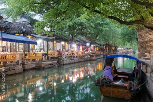 Tuinposter China Restaurants und Bars an den Kanälen der Wasserstadt Zhouzhuang am Abend in China, bei Shanghai