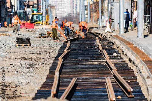 Fotomural Road workers lay new railway
