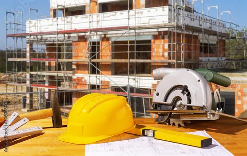 Staande foto Vlees Helm und Werkzeuge auf einer Baustelle