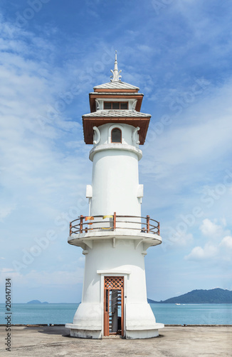 Foto op Aluminium Vuurtoren Landscape view of public white lighthouse on pier of Bang Bao fishing village with fishing boats mooring at Koh Chang Island,Trat, Thailand