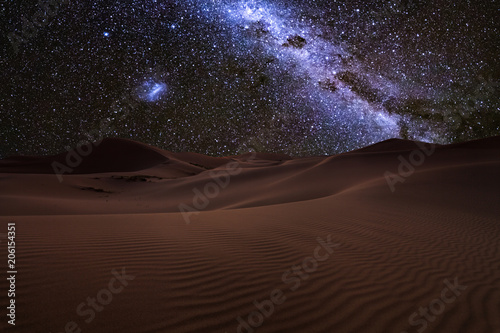Foto auf AluDibond Wuste Sandig Amazing views of the Sahara desert under the night starry sky.