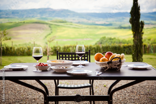 Foto op Plexiglas Toscane lunch with a view - table against beautiful landscape in Tuscany