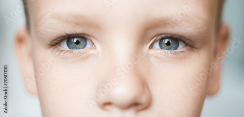 Fotografia  Closeup of beautiful boy eye. Beautiful grey eyes macro shot.
