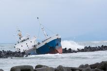 座礁した貨物船 / 海難事故のイメージ