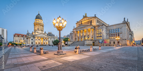 Fotobehang Berlijn Berlin Gendarmenmarkt mit Konzerthaus und Deutscher Dom am Abend