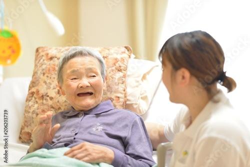 Fototapeta 老人介護施設・ベットの母 obraz