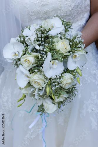 Bouquet Sposa Bianco.Bellissimo Bouquet Bianco E Verde Tenuto Da Una Sposa Vestita Di