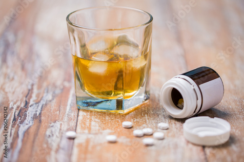 Papel de parede drug abuse, addiction and suicide concept - glass of alcohol and pills on table