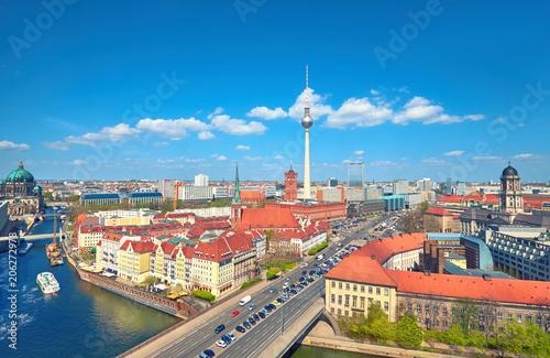 Zdjęcie XXL Widok z lotu ptaka na centrum Berlina w jasny dzień na wiosnę, w tym rzeki Szprewy i wieża telewizyjna