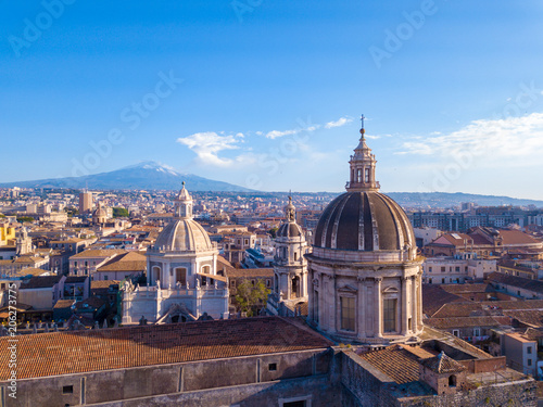 Vue aerienne Aerial view of the Cathedral of Sant'Agata in the middle of Catania with Etna volcano on the background