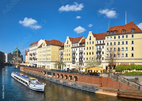 Zdjęcie XXL Riverside ze starymi domami w East Center w Berlinie