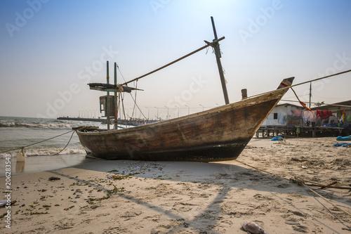 Foto auf AluDibond Schiff Fishing boat on the beach