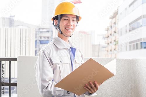 Fotografía  ファイルを持つ労働者の男性