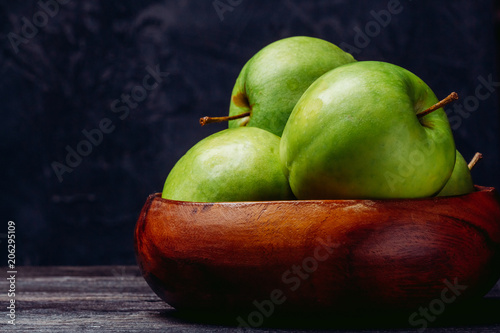 Fotografía  Beautiful apples in a wooden bowl