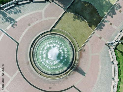 Cadres-photo bureau Fontaine aerial drone bird's eye view photo of fountain in city park