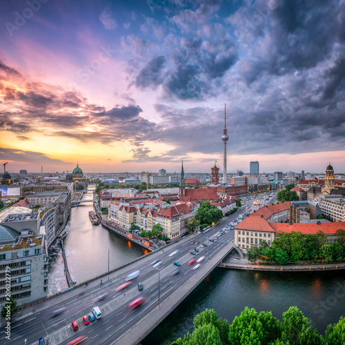 Dramatischer Sonnenuntergang über der Skyline von Berlin mit Fernsehturm und Nikolaiviertel
