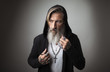 canvas print picture - Porträt eines attraktiven Hipster mit Kapuze