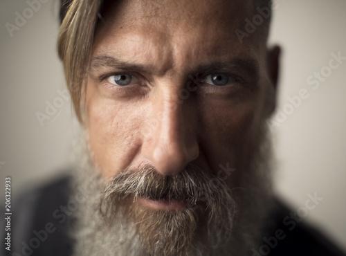 Fotomural  Porträt Nahaufnahme eines bärtigen Mannes