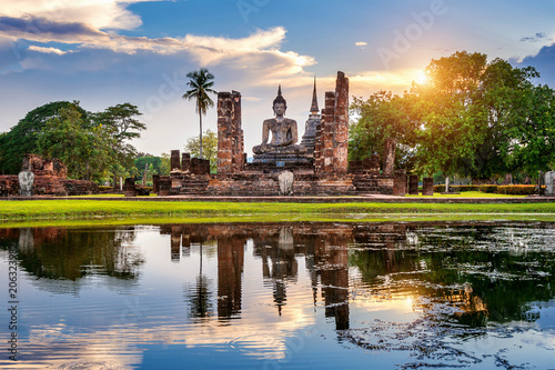 Foto  Buddha statue and Wat Mahathat Temple in the precinct of Sukhothai Historical Park, Wat Mahathat Temple is UNESCO World Heritage Site, Thailand