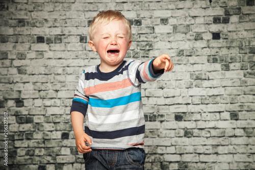 Fotografering  Junge fleht die Eltern an